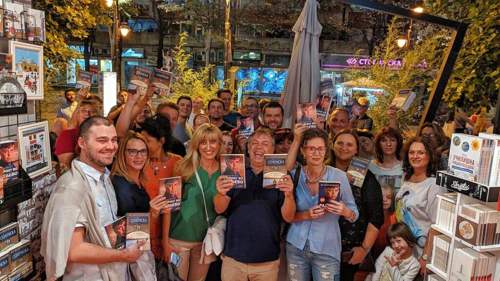 NEDOSTAJU MU LJUDI: Nele sa obožavaocima na promociji knjige u Skoplju